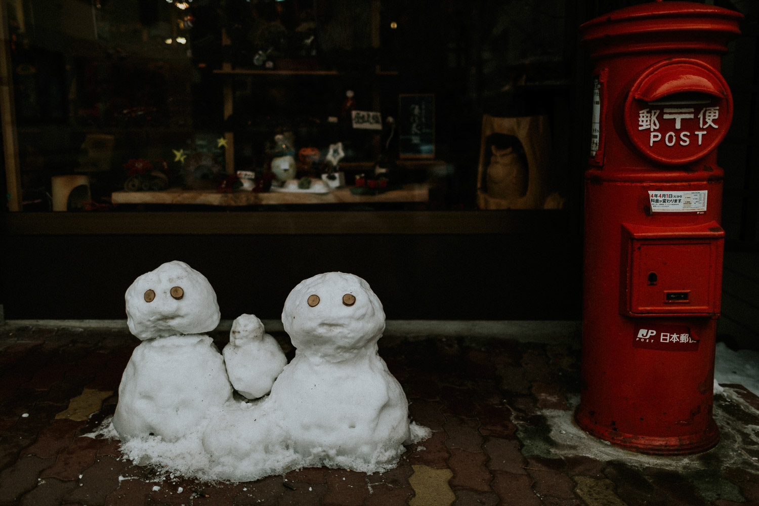 Image of red postbox and two snowmen